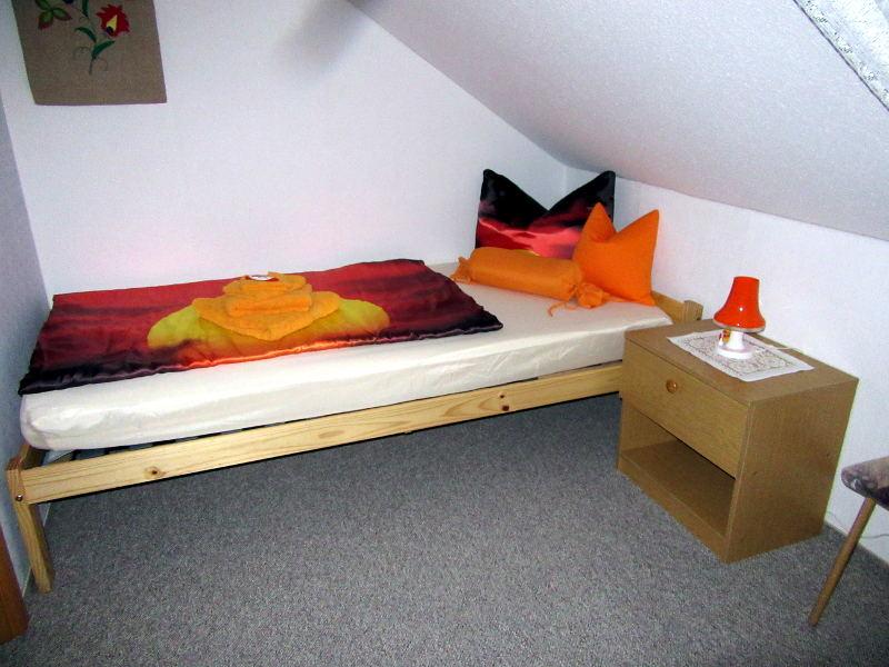 Schlafzimmer (klein) – Ferienwohnung Hegner
